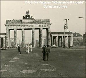 Porte de Brandebourg vue de Berlin-Ouest, avant la contruction du Mur © CRRL